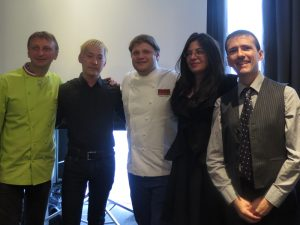 Kei Koybayashi (2ème à partir de la gauche) et Sylvain Huet (à dr.) lors d'un atelier-dégustation du Salon du Saké